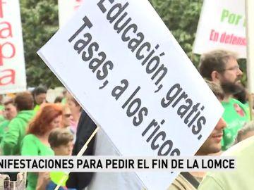 """Alumnos y docentes protestan en Madrid para exigir ante el Ministerio de Educación el fin de los """"recortes"""" y la LOMCE"""