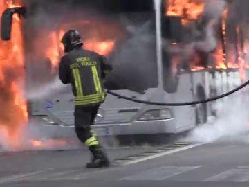 Un autobús se incendia en el centro de Roma