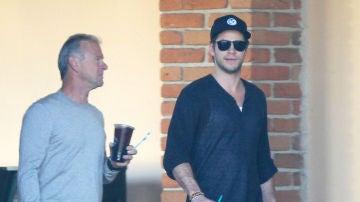 Liam Hemsworth junto a su padre Craig