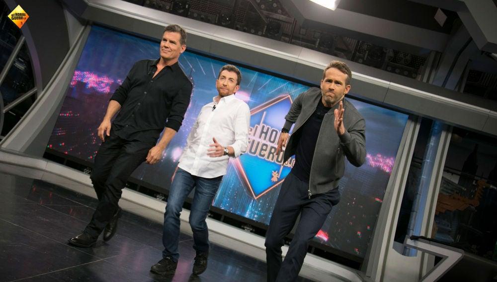Ryan Reynolds y Josh Brolin enseñan a caminar como un superhéroe a Pablo Motos en 'El Hormiguero 3.0'