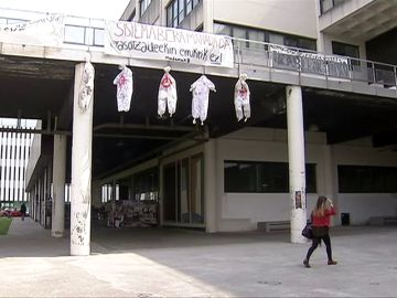 Cuelgan cinco monigotes en referencia a 'La Manada' en la Universidad del País Vasco
