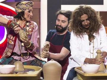 Silvia Abril, Lolita y Roberto Vilar esculpen un peculiar pitorro de un botijo en 'La noche de Rober'