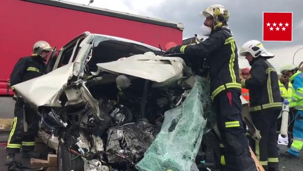 Una mujer muere y tres personas resultan heridas por un choque frontal entre un coche y una furgoneta en Paracuellos del Jarama