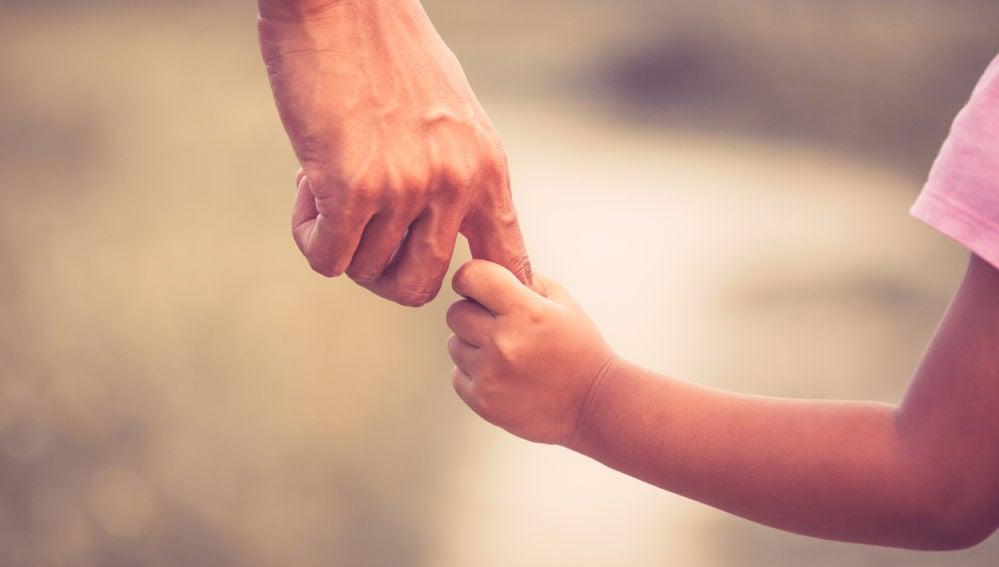 Madre e hijo, de la mano