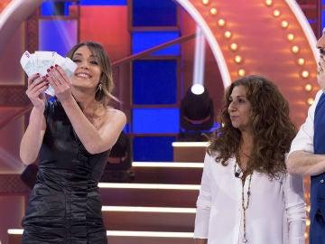Anna Simon reta a un chico del público a ganar dinero si sabe ordenar cronológicamente los looks de Lolita Flores