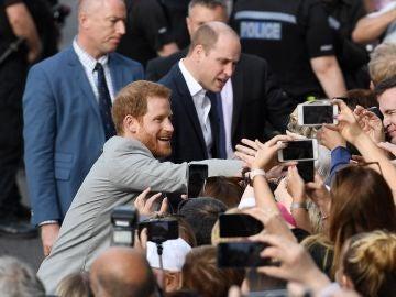 El príncipe Enrique de Inglaterra saluda a los ciudadanos en Windsor