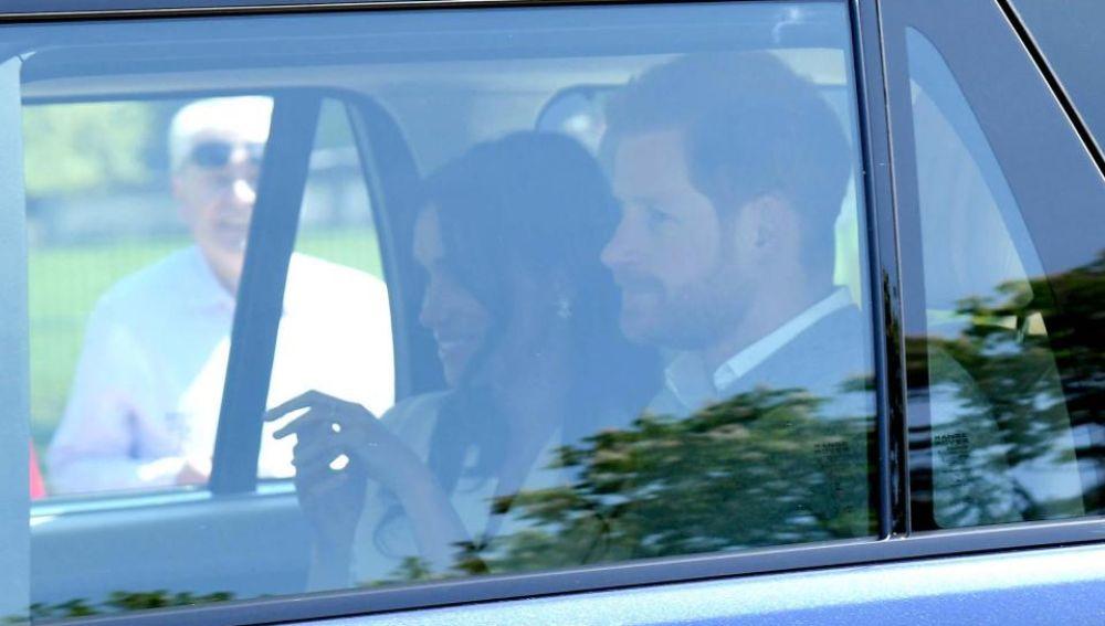 El príncipe Harry y Meghan Markle, camino del ensayo
