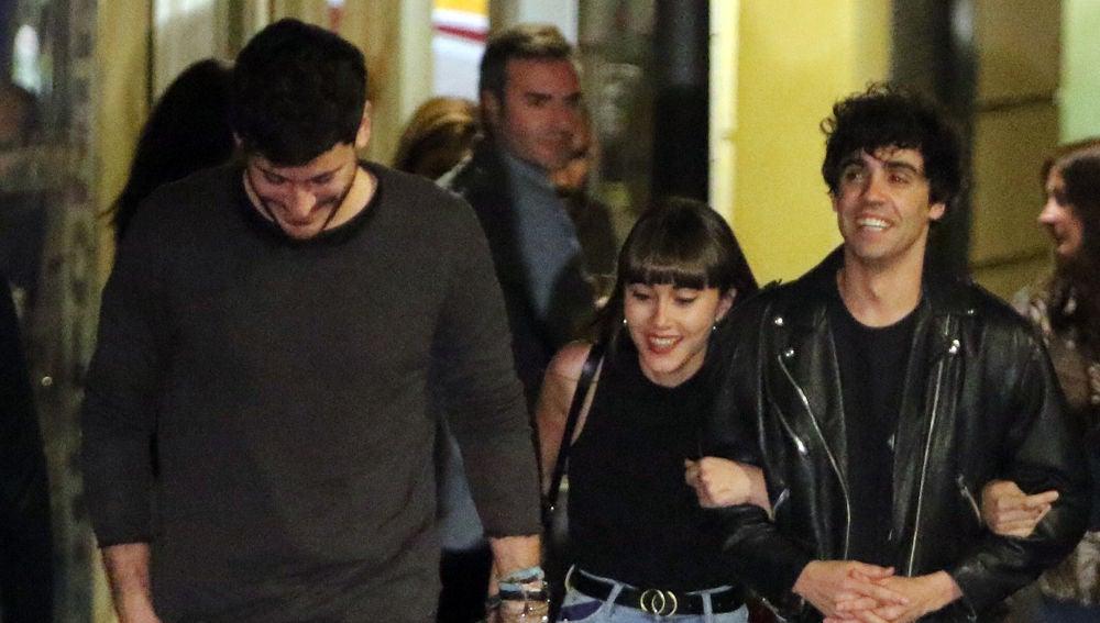 Aitana y Cepeda a la salida del teatro