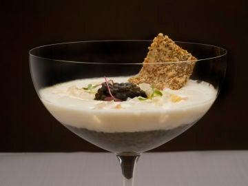 Gelee de bacalao y caviar con encurtido de espárragos a la sal de Añana y su crema