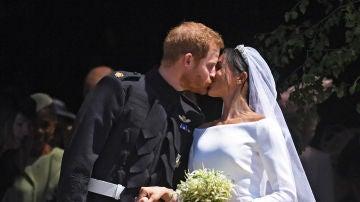 El príncipe Harry y Meghan Markle se dan el primer beso como marido y mujer