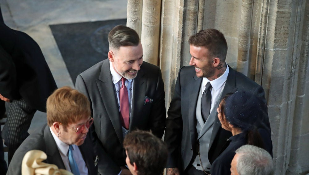 David y Victoria Beckham hablando con Elton John, David Furnish, Sofia Wellesley y James Blunt en la boda del príncipe Harry y Meghan Markle