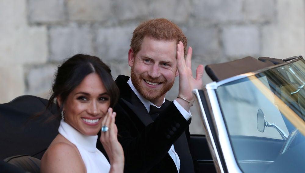 El príncipe Harry y Meghan Markle se cambian de traje