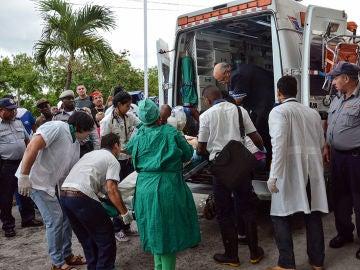 Imagen de los servicios sanitarios en la zona del accidente de avión en La Habana