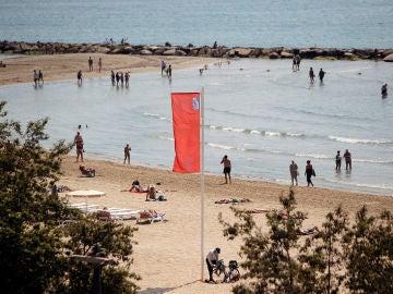 La 'Carabela portuguesa' provoca el cierre de las playas en Alicante