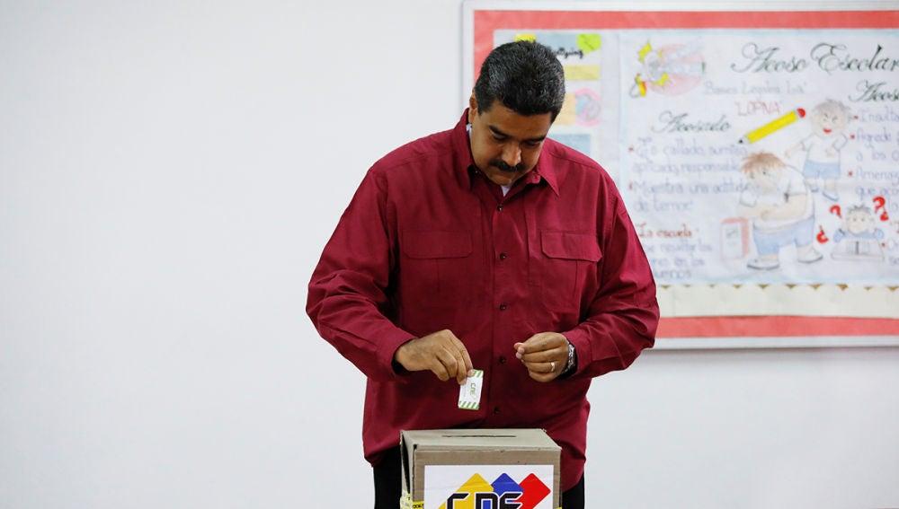 Nicolás Maduro ejerce su derecho a voto