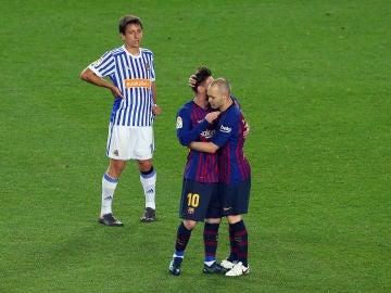 Iniesta abrazándose a Messi
