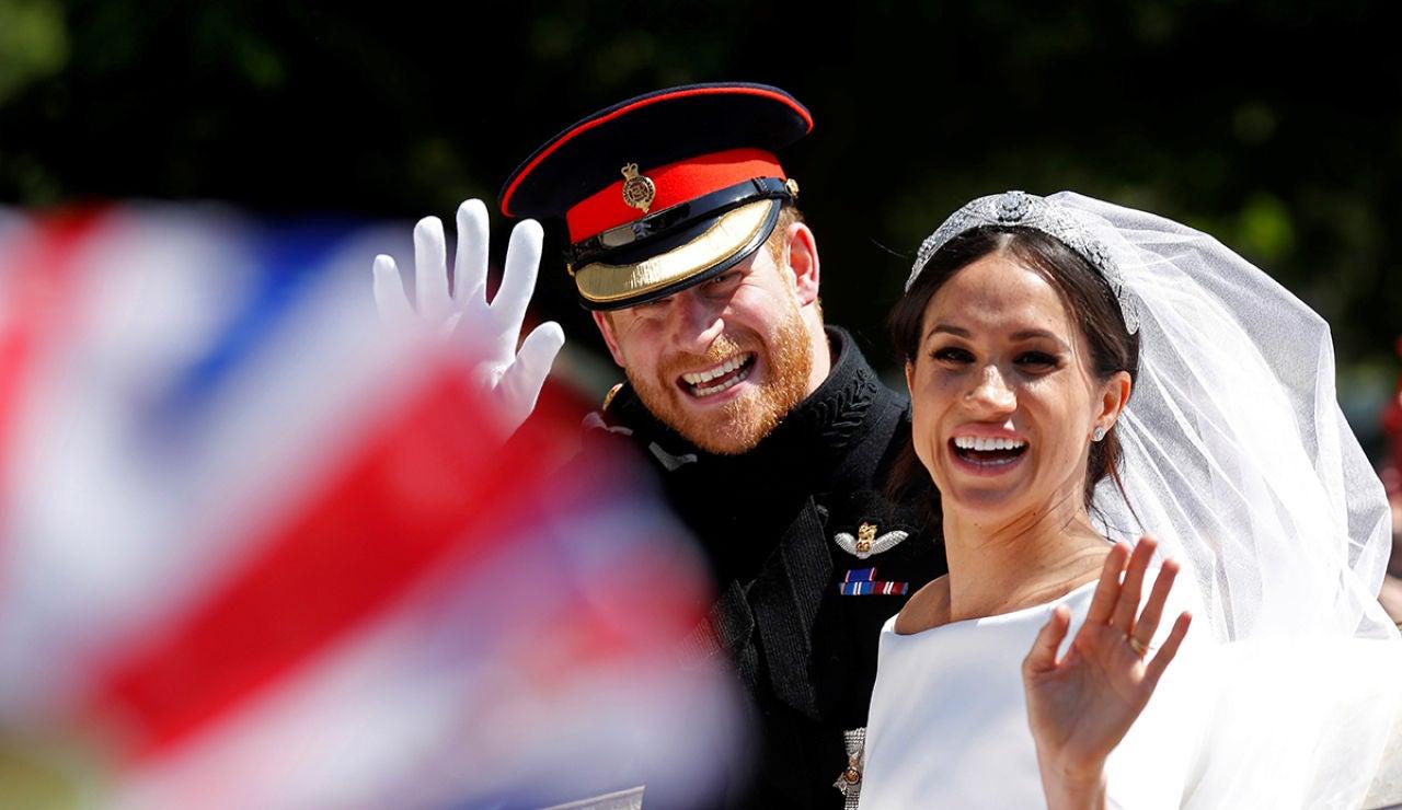 El príncipe Harry y Meghan Markle saludan desde el carruaje