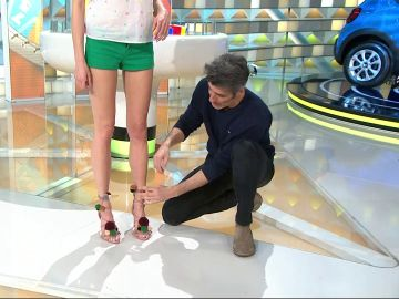 La elegante manera en la que Jorge ata las sandalias de Laura