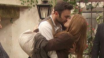 Julieta vuelve a casa con Saúl y doña Consuelo