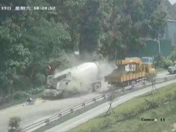 Impresionante accidente al soltarse el gancho de un camión grúa en China