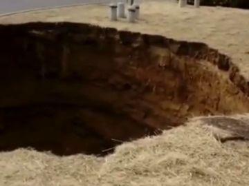 La rotura de un colector deja a un millón de personas sin agua en Madrid y provoca un socavón de 100 metros cuadrados