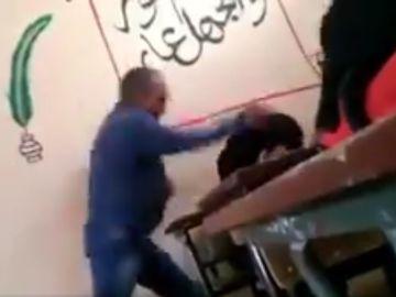 El profesor golpeando a la alumna
