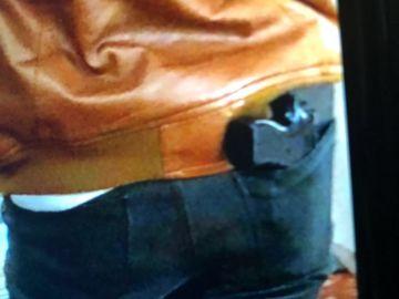 La imagen del individuo con la funda con forma de pistola