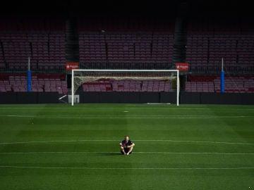 Andrés Iniesta, se inmortaliza en solitario con el Camp Nou vacío