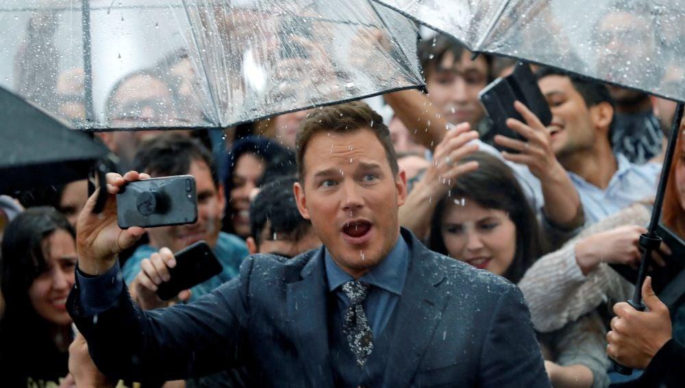 Chris Pratt se hace selfis con sus admiradores