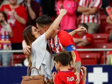 Fernando Torres besando a su mujer junto a sus hijos
