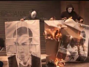 Miembros de Arran quemando fotos de Rivera y Sánchez