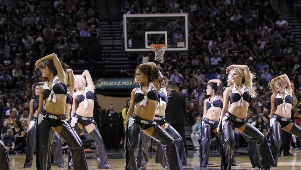 Las 'Silver Dancers', durante un partido de los Spurs