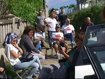 Vecinos de una localidad de Pontevedra hacen guardia para evitar el derribo de la vivienda de un vecino