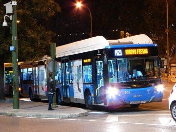 Un conductor de autobús nocturno