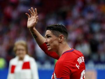 Fernando Torres saluda a los aficionados