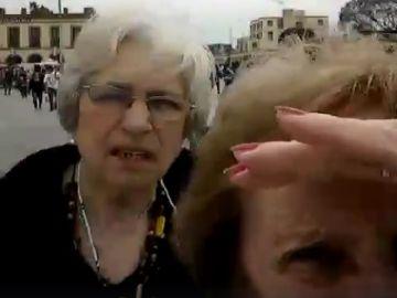Dos ancianas argentinas intentando hacer una fotografía