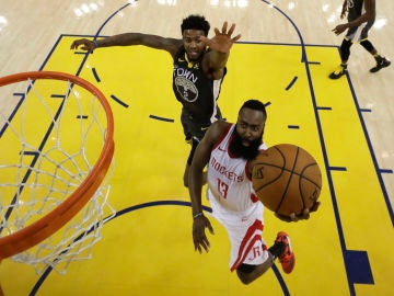 James Harden anota ante los Warriors