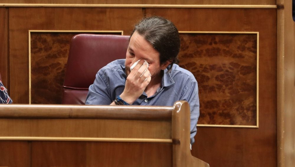 Iglesias secándose las lágrimas