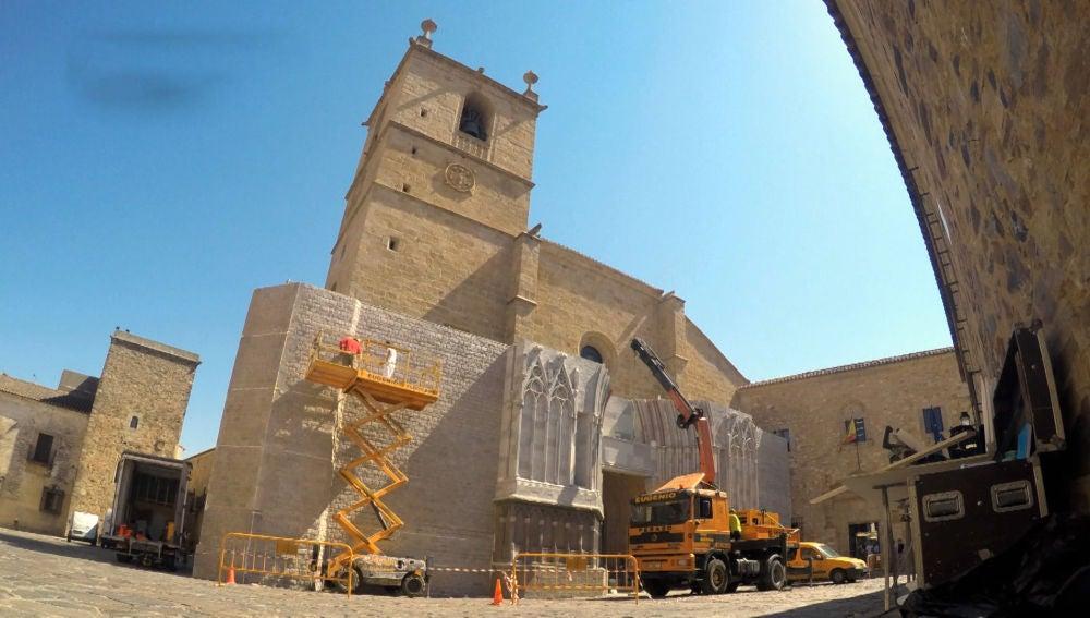 """La increíble réplica de 'La Catedral' que invadió Cáceres: """"Está muy bien hecho"""""""