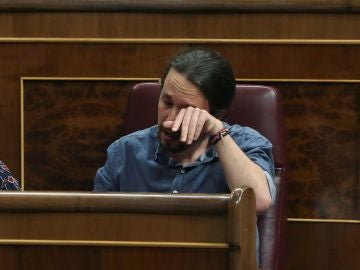 Pablo Iglesias secándose las lágrimas
