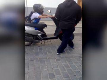 Los vecinos de un pueblo de Granada intentan impedir que una mujer, que cuadruplicaba la tasa de alcohol, conduzca su moto
