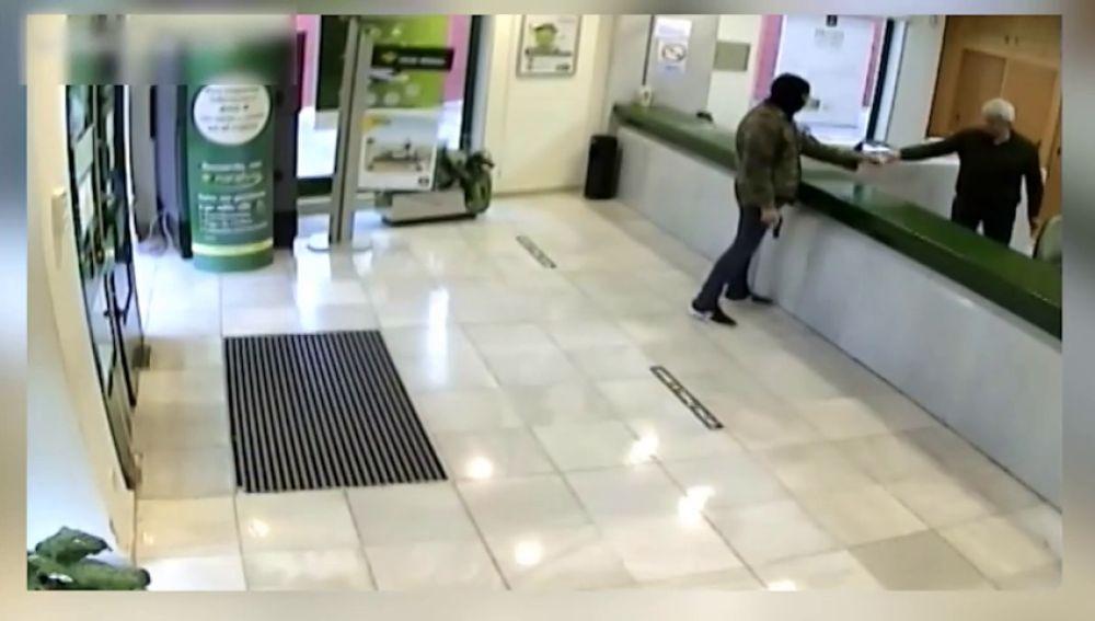 """Detienen """"in fraganti """" a dos atracadores de bancos"""