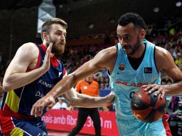 Phil Pressey conduce el balón ante el MoraBanc Andorra