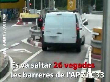 Detenido un hombre acusado de saltarse 26 veces el peaje y embestir en tres ocasiones la barrera de seguridad.