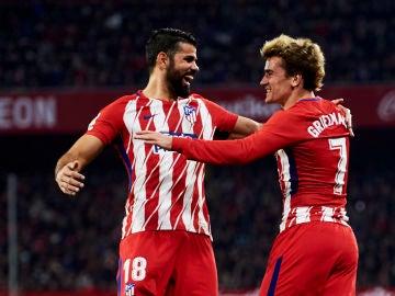 Diego Costa y Griezmann celebran un gol