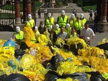 """El colectivo """"Brigadas de Limpieza"""" denuncia la tensión en las calles catalanas y presenta unos 200 kilos de lazos amarillos de plástico"""