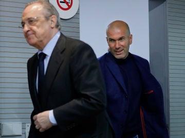 Zidane entra en la sala de prensa con Florentino Pérez