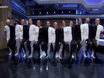 """El peculiar baile del equipo de ciencia """"cosidos en un solo traje"""" en 'El Hormiguero 3.0'"""