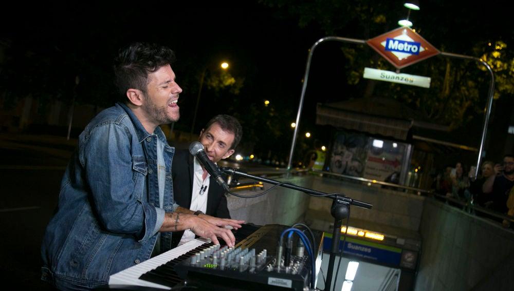 Pablo López regala 6.000€ tras tocar en directo en el metro de Madrid