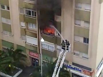 <p>Muere una mujer en un incendio en un bloque de pisos en Las Palmas</p>
